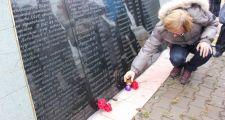 Астанчане зажгли свечи у памятников жертвам политических репрессий